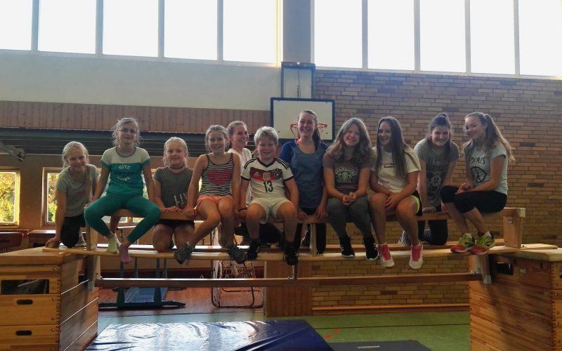 Die Turngruppe mit ihrer neuen Trainerin (hier etwas versteckt im weißen Shirt hinter der Gruppe)